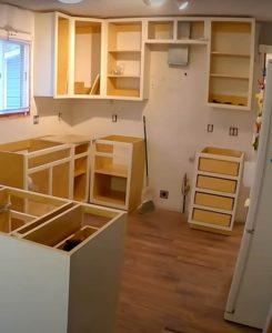 mutfak dolabinin duvara monte edilmesi